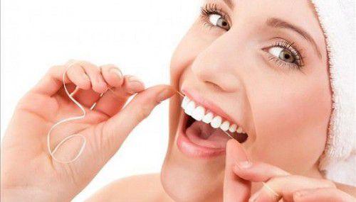 dùng chỉ nha khoa có làm răng thưa