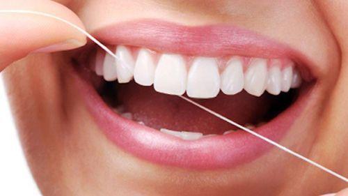 dùng chỉ nha khoa trước hay sau khi đánh răng?
